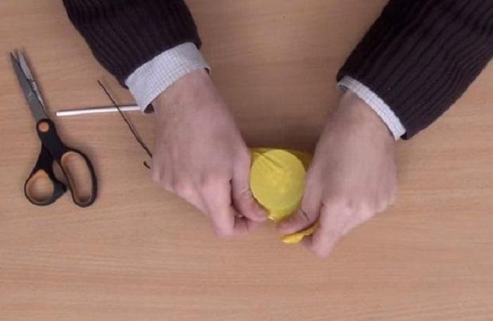 Натяните на крышку половину воздушного шарика